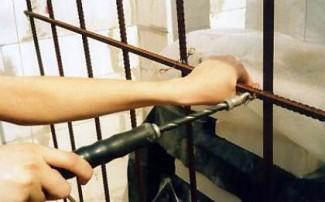 Вязка арматуры с помощью специального крючка