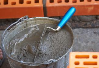Жидкий бетон в ведре