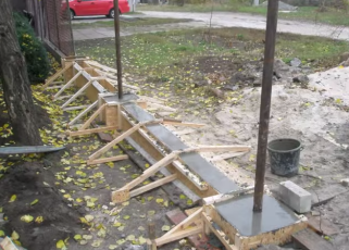Заливаем опалубку бетоном, устанавливаем столбы