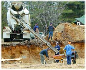 Процесс заливки бетонного раствора