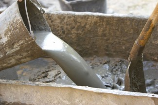 Блоки крепятся между собой с помощью бетонного раствора