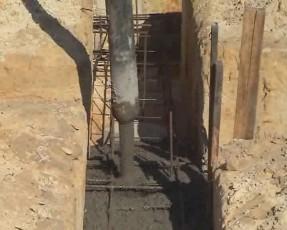 Заливаем арматуру фундамента бетонным раствором