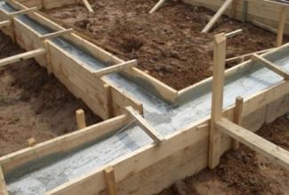 Заливаем бетонный раствор в опалубку