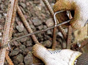 Крепление металлического каркаса с помощью проволоки