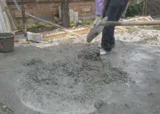 Перемешиваем раствор с помощью лопаты