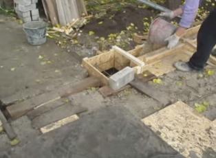 Устанавливаем арматуру в опалубку для забора
