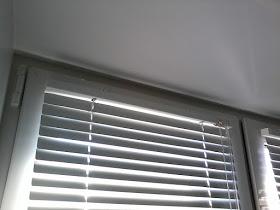 Как повестить жалюзи на окна