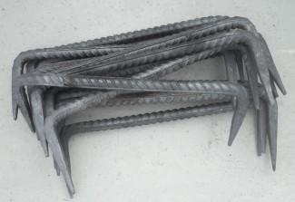 Металлические скобы для фиксации бруса