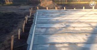 Накрываем бетон рулонным рубероидом