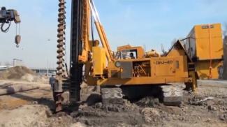 Процесс бурения  ямы с помощью бурильной установки