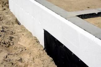 Утепление фундамента песком