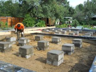 Бетонные блоки отлично подойдут для фундамента на легких конструкциях