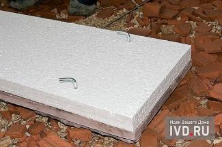 В эту плиту уже вмонтированы закладные гайки, которые используются как основа для крепления стальных крюков