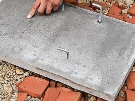 В эту плиту уже вмонтированы закладные гайки, которые используются как основа для крепления стальных крюков.