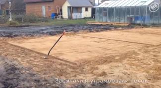 Засыпаем на площадку утрамбованный песок