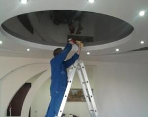 Как помыть натяжной глянцевый потолок