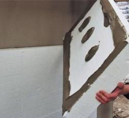 Наклеивание пенопласта на стену