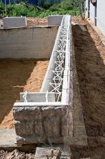 После чего образовавшееся между пластинами пространство заливается бетонным раствором.