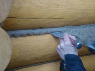 Процесс заделывания щелей в деревянном доме изнутри