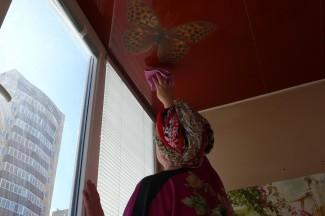 Процесс мытья потолка