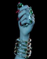 Снимаем кольца и браслеты, чтобы не поцарапать и не порвать потолок