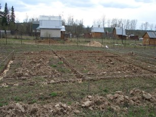 Строительство ленточного фундамента под сарай начинают с разметки