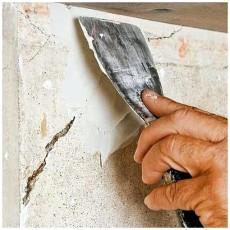 Трещины в стенах заделываем шпаклевкой