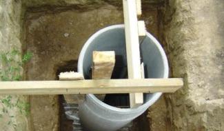 Укрепляем асбестоцементную трубу и ставим армирующий каркас