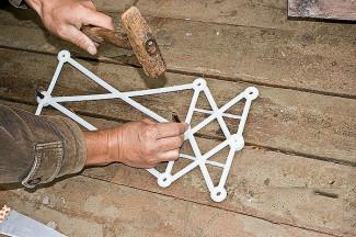 Между собой противоположные блоки крепятся с помощью пластиковых стяжек – конструкций, из которых собираются фиксирующие элементы любой длины.