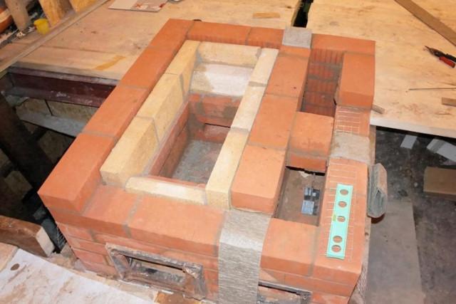 Жидкое стекло добавляют в раствор при кладке камина или печи