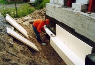 Процесс гидроизоляции и утепления фундамента