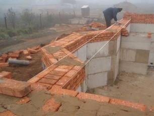 Процесс укладки кирпича на фундамент