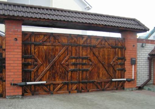 Распашные ворота с деревянной обшивкой