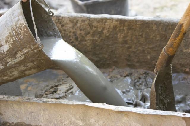 Замешивание цементного раствора в бытовых условиях