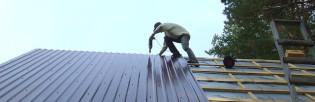Как произвести монтаж профнастила на крышу своими руками