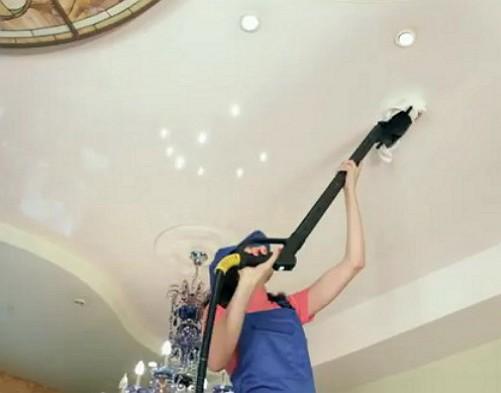 Сухая чистка потолка с помощью пылесоса