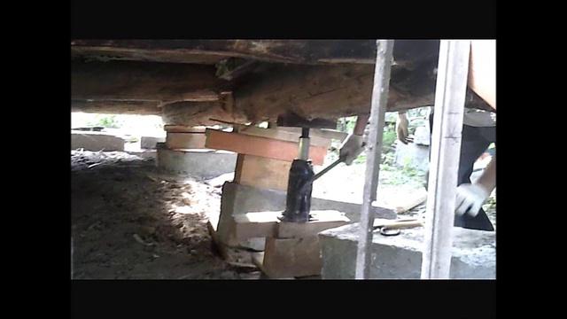 Конструкция поднята домкратом