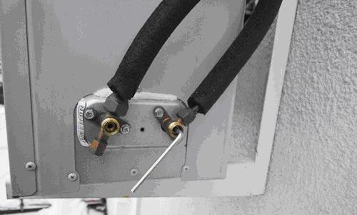 Отключаем патрубки с подводящим хладагеном