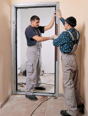 Установка готовой конструкции дверного проема и прямых откосов