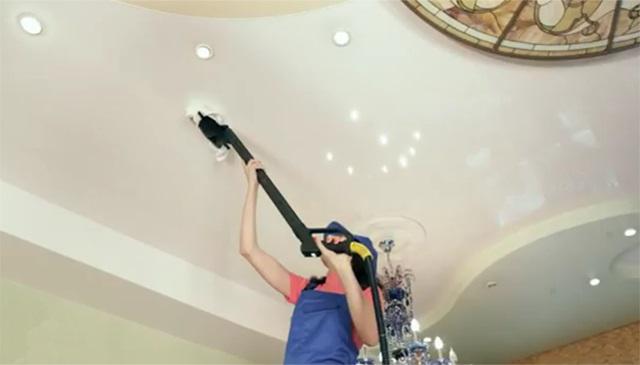 Мытье натяжного потолка с помощью пылесоса