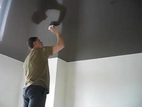 Протирание натяжного потолка сухой тканевой тряпкой.